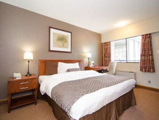 Travelodge Vancouver Lions Gate: Guest Room With One Bed
