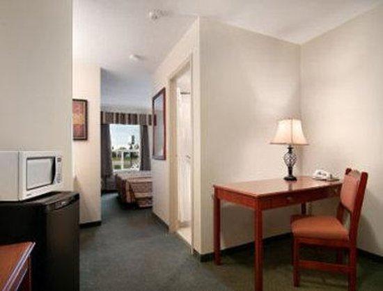 Travelodge Stony Plain: King Bed Suite