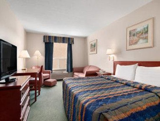 Travelodge Stony Plain: King Bed Room