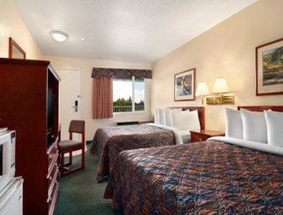 Travelodge Drumheller: 2 Double Bed Room
