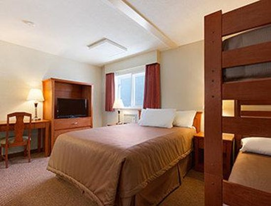 Travelodge Langley City : One Bed Guest Room with Bunk Beds