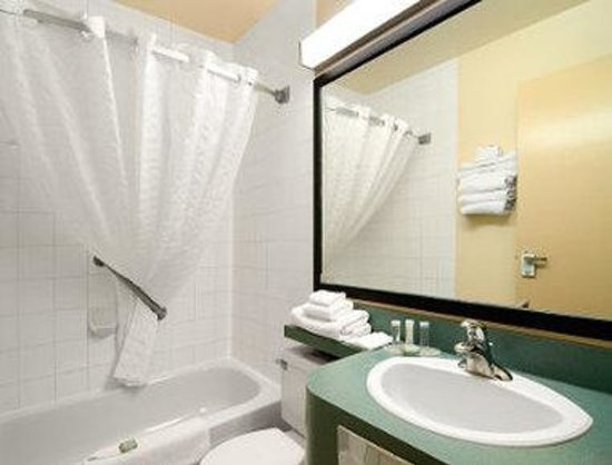 Travelodge Drumheller: Bathroom