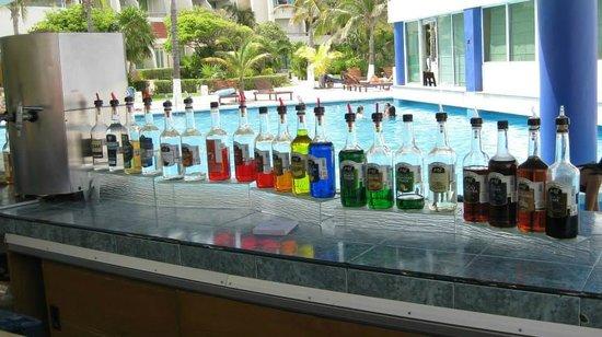 Solymar Beach & Resort: pool side bar