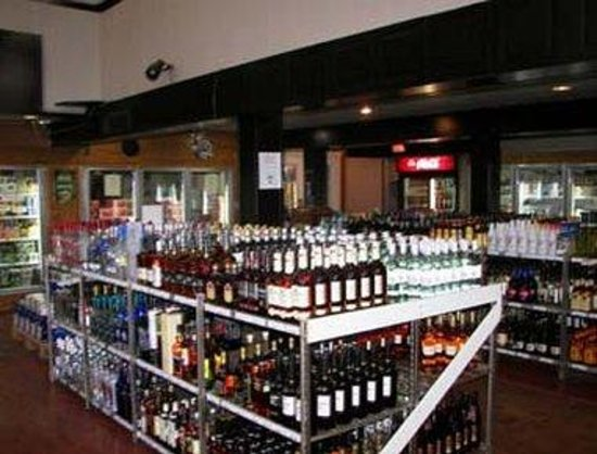 Howard Johnson Hotel Port Alberni: Onsite Liquor Store