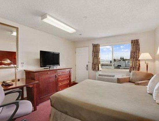 Saskatoon Thriftlodge: Standard Guest Room with Kitchenette