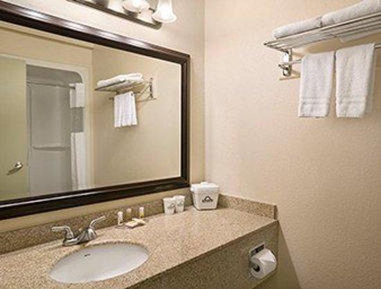 Days Inn High Level: Bathroom