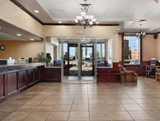 Ramada Red Deer Hotel and Suites: Lobby