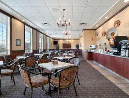 Ramada Red Deer Hotel and Suites : Breakfast Area