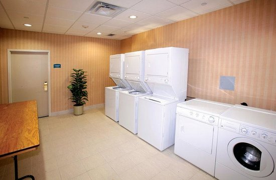 Staybridge Suites Toronto Mississauga: Complimentary Guest Laundry Facility.