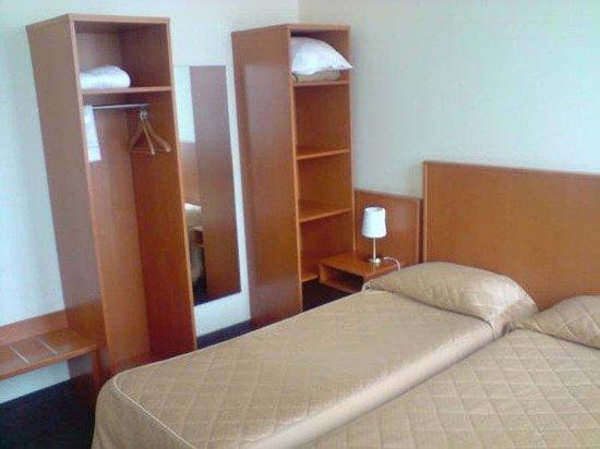 Hotel Belmont: Room Twin Armoire
