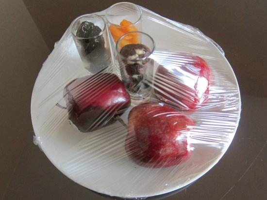 Le Méridien Pyramids Hotel & Spa : Room had fruit waiting for us