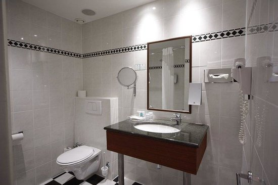 Holiday Inn Brussels Schuman: Guest Room ensuite bathroom