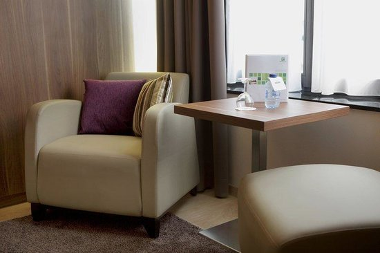 Holiday Inn Brussels Schuman: Sitting area guest room