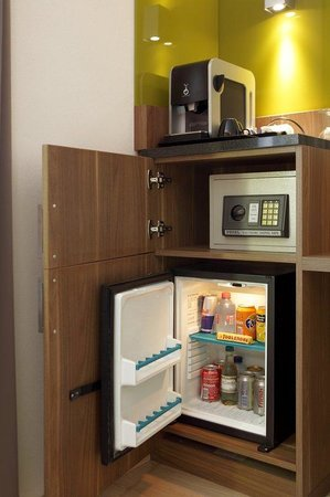 Holiday Inn Brussels Schuman: Minibar en safe