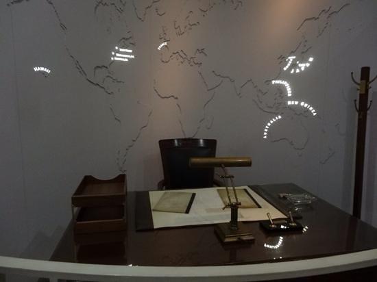 MacArthur Memorial: MacArthurs desk....the world traveler