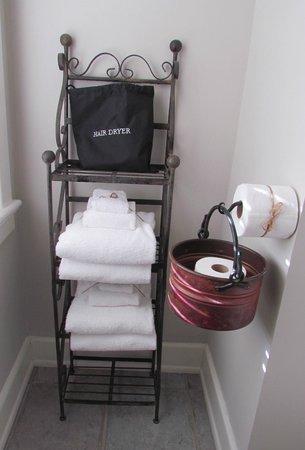 Fife & Drum Inn: Nice furnishings in the bathroom-extra tp & towels
