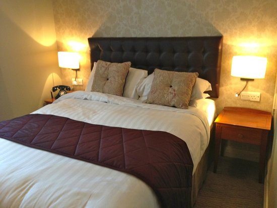 The Red Lion Hotel: bedroom
