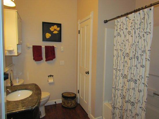 Nobody's Inn: The Somebody room's bath
