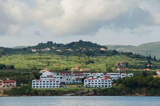 SENTIDO Louis Plagos Beach: Вид на отель с пиратского корабля