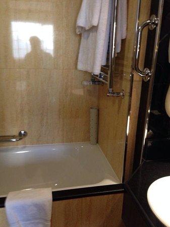 Melia White House: Bathroom with shower/bath/toilet