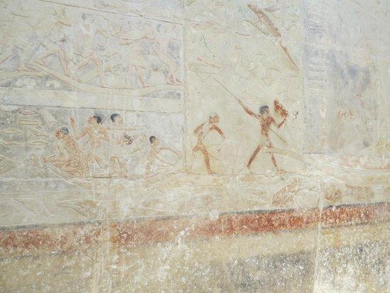 Step Pyramid of Djoser: Pinturas cerca de la pirámide