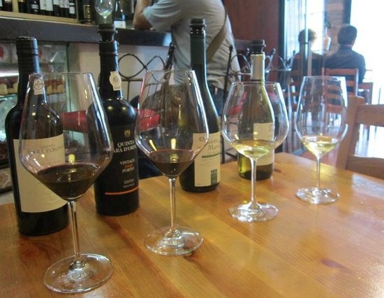 Wine Bar do Castelo: sampling a couple wines and ports