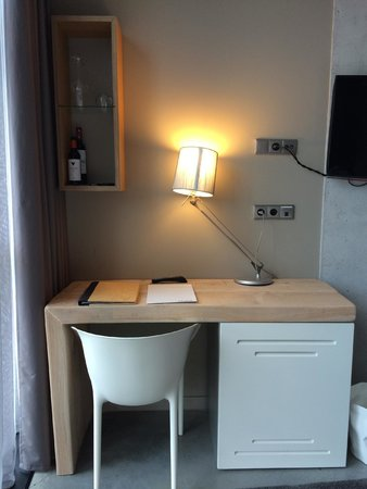 Hotel Viura: Desk/Fridge in Room