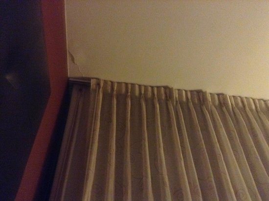 Crowne Plaza Sacramento: crack in the ceiling