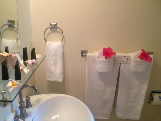 The Inn at Mama's Fish House: Flowers in towels