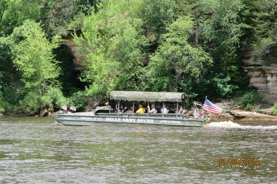 Dells Army Ducks: Passing another boat on the ride