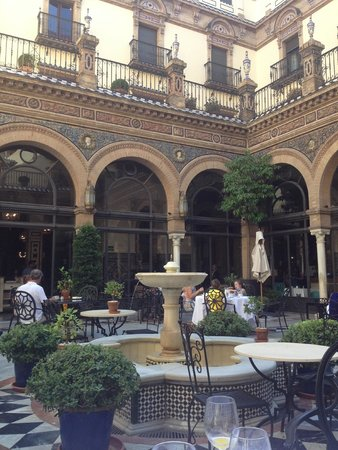 Hotel Alfonso XIII, A Luxury Collection Hotel, Seville: Breakfast in the Courtyard
