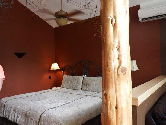 Eureka Springs Treehouses: Bedroom area