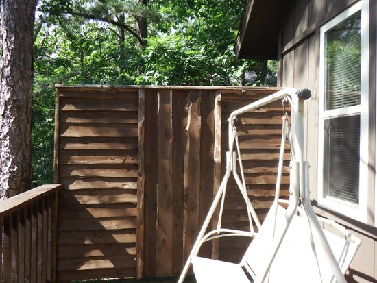 Eureka Springs Treehouses: Back porch privacy fence