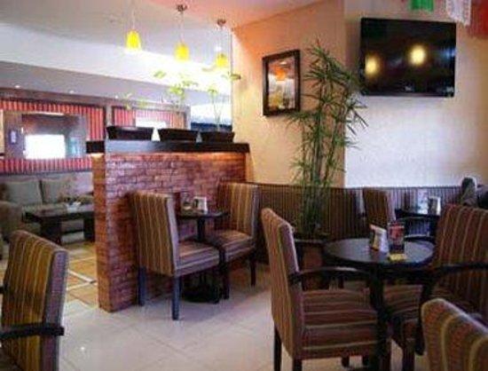 Howard Johnson Plaza Hotel Las Torres: Bar