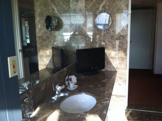 Harveys Lake Tahoe: Master sink in suite
