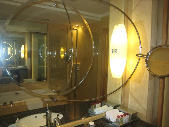 The Fullerton Hotel Singapore: バスルームの鏡・小さい鏡で横・後ろを見ることができます。
