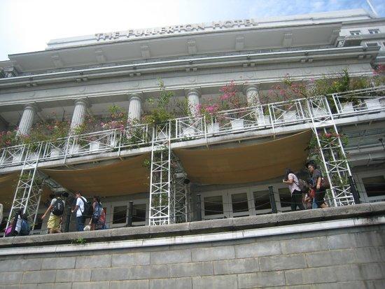 The Fullerton Hotel Singapore: 川側のボートからの眺め