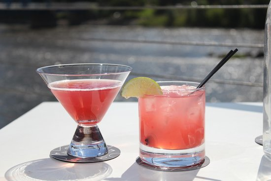 JW Marriott Grand Rapids: River side outdoor seating