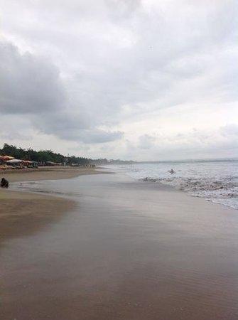 legian beach in un gg di pioggia