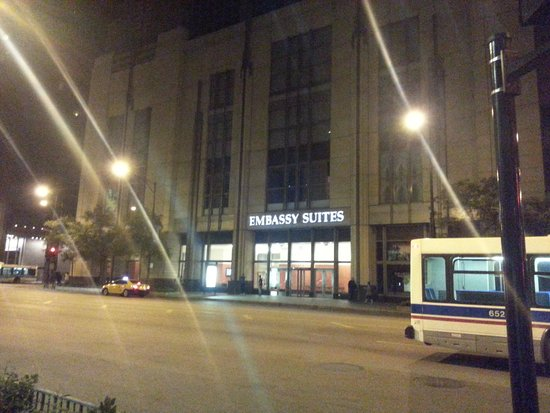 Embassy Suites by Hilton Chicago Downtown Magnificent Mile : Hotel at Night
