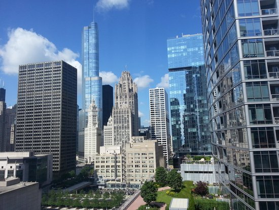 Embassy Suites by Hilton Chicago Downtown Magnificent Mile: Daytime View