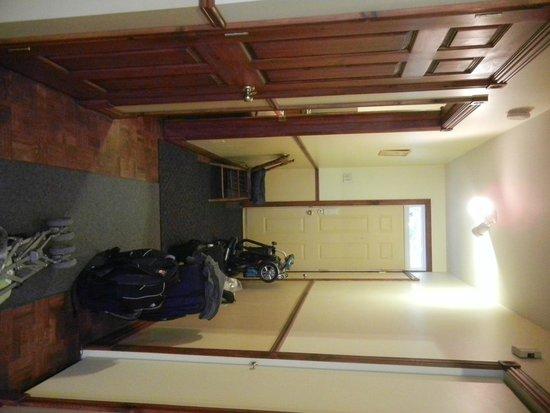 Au 4700 Rivard: Front hallway