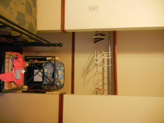 Au 4700 Rivard: One bedroom has a closet.