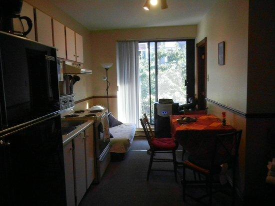 Au 4700 Rivard: Kitchen/dining area
