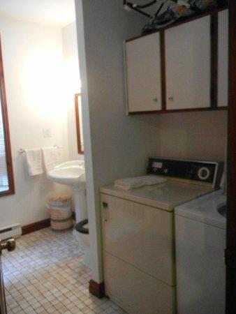 Au 4700 Rivard : Bathroom showing washer/dryer