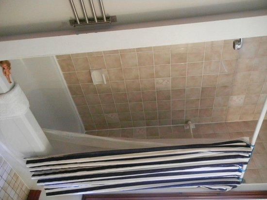 Au 4700 Rivard: Full bathtub and shower…clean!