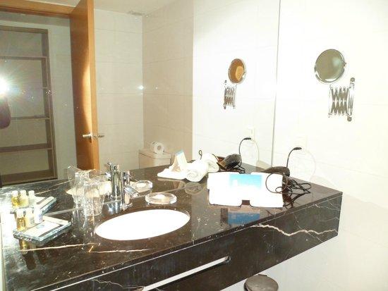 Sisai Hotel Boutique: banheiro pratico e funcional