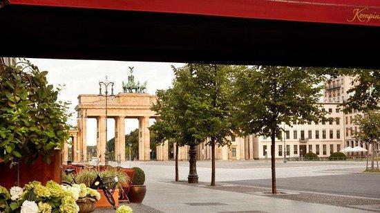 Hotel Adlon Kempinski: Exterior Brandenburg Gate