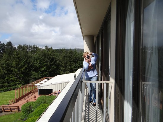 Best Western Agate Beach Inn: Our friend on her balcony beside our balcony