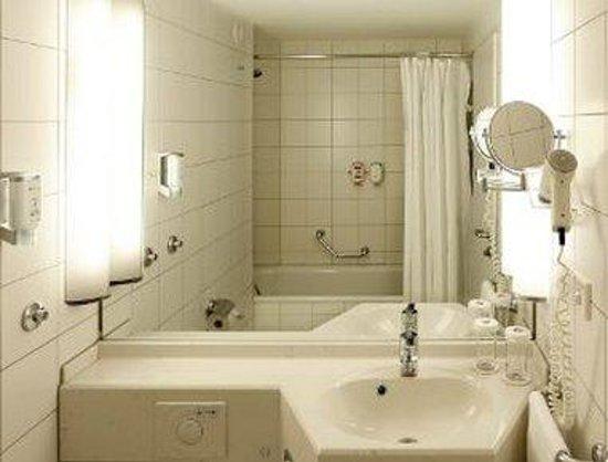 Ramada Hotel Leipzig City Centre: Bathroom
